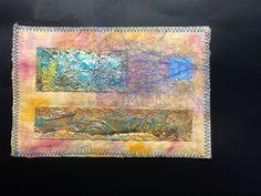 Dit is stof geverfd met afbindtechniek en daarbij stukjes karton met acrylverf, Julia