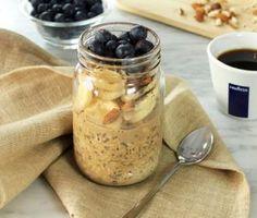 Få en riktigt god start på dagen! Tänk dig nyttig havregrynsgröt med mandelmjölk och chiafön och på det en uppiggande espresso med en droppe honung. Det här är breakfast for campiones.