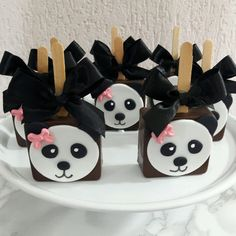 70 IDEIAS PARA FESTA URSO PANDA - VENHA CONFERIR! Panda Birthday Party, Panda Party, Bear Party, Birthday Treats, Birthday Cakes, Panda Decorations, White Party Decorations, Birthday Party Decorations, Panda Bear Crafts