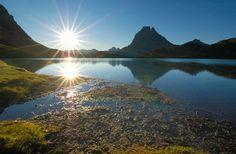 Pyrénées : Lac devant le Pic du Midi d Ausso (©-Pat-on - Fotolia)