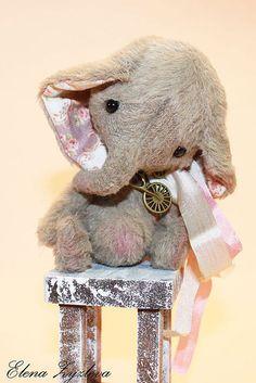 слоник Фантик. Славный малыш, ростиком 12 см., очень стеснительный и робкий, мечтатель.Сшит из вискозы, глазки стеклянные, ленточка шелковая, наполнен (комфорелью, металлическим гранулятом и любовью)соединения лап и головы шплинтовые,…