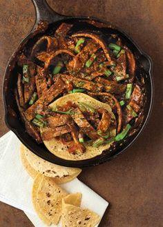 Una taquiza rápida y deliciosa con esta delicia de receta... Tienes que probar el rico sabor que le da el chile pasilla a los bisteces de res.