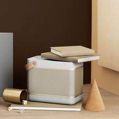 Amazon | B&O PLAY by BANG & OLUFSEN - Beolit 15 Portable Bluetooth Speaker, Natural Champagne (1287632) [並行輸入品] | デジタルオーディオ用スピーカー 通販
