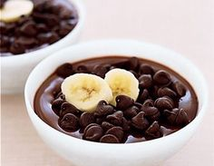 Chocolate Pudding with Bananas and Graham Crackers A creamy, sweet-tooth-satisfying dessert–and it's good for you! From the Flat Belly Diet Cookbook Chocolate Pudding with Bananas and Graham Crackers A creamy,… Köstliche Desserts, Chocolate Desserts, Dessert Recipes, Chocolate Pudding, Diet Recipes, Banana Pudding, Healthy Chocolate, Chocolate Chips, Homemade Chocolate