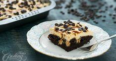 Vláčne čokoládové cesto naplnené dulce de leche - to je splnený sen maškrtného jazýčka. Pridajte k tomu karamelovú šľahačku a chutnú karamelovú polevu a dokonalý koláč je na svete...