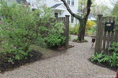 Migonis Home: Makeover Monday: Pebbled Driveway. I am liking this idea of using pea gravel to update my muddy mess of a driveway. Pebble Driveway, Driveway Landscaping, Stone Walkway, Rock Driveway, Gravel Driveway, Driveway Ideas, Driveway Design, Stone Path, Pea Gravel Patio