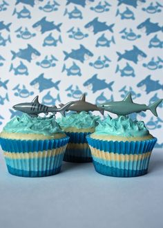 Shark cupcakes- Austin & Mason want a pool party for their next bday. so we are thinking shark theme! Kids Beach Party, Ocean Party, Beach Day Food, Shark Party Favors, Shark Birthday Cakes, Shark Cupcakes, Party Themes For Boys, Toy Story Party, Holiday Treats