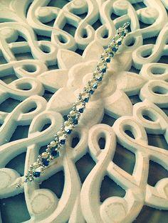Ravissant ce Bracelet!!!! femme fait main, composé de perles en cristaux bleu, de perles en imitation de perle de culture, et de perles en métaux (sans nickel). La longueur du bracelet est de 17cm (fermoir compris). Envoyé avec un emballage pret à offrir. FRAIS DE PORT OFFERT !!!!! (Seulement pour la