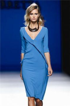 Vestido azul,  encuentra más prendas básicas para lucir en primavera aquí http://www.1001consejos.com/prendas-basicas-para-primavera/
