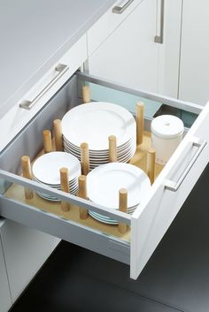 Küche planen mit Rundum-Sorglos-Service bei Spitzhüttl Home Company With practical wooden plate holders, nothing in the drawer will rustle and wobble. There are more ideas for kitchen and living at Spitzhüttl Home Company. Kitchen Organization, Kitchen Storage, Storage Spaces, Kitchen Decor, Storage Ideas, Kitchen Ideas, Küchen Design, House Design, Cocina Diy