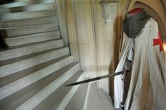 Tymczasem na schodach spotkaliśmy tajemniczego rycerza ....