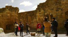 Descubriendo el Castillo de Valderrobres. ¡Y que atentas a las explicaciones de nuestro guía!