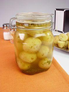 Tempo: 1h30 (+15 dias de descanso)Rendimento: 2Dificuldade: fácil Ingredientes: 1kg de batata bolinha Sal e pimenta calabresa a gosto 2 folhas de louro 2 colheres (sopa) de salsa picada 2 xícaras (chá) de vinagre de vinho branco ou álcool 4 colheres (sopa) de óleo Modo de preparo: Lave bem as batatas com uma escova, fure […]