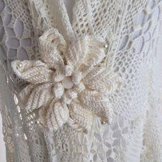 Gehaakte witte sjaal tijdelijk tot eind maart afgeprijsd van 138.95 voor 125.00 euro. Van uitsluitend zachte.  Merinowol. Crochet Shawl super soft baby Meinowol.