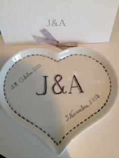 Un faire part de mariage à jamais gravé, aux initiales des mariés, reprenant la date de l'événement. Le coeur mesure 21 cm x 17 cm