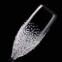 キラキラと煌めくスワロフスキーのクリスタルをセッティングしたとてもエレガントなシャンパングラスボトムにあしらうことでシャンパンの泡をさらに美しく演出しますウェディングパーティーなどのシーンにもピッタリ贈り物としてもおすすめのアイテムです #結婚祝い #誕生日プレゼント #グラス #デコ #スワロフスキーhttp://ift.tt/2b5tWru tags[東京都]