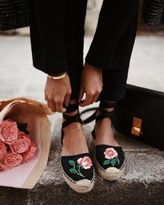 Boho shoes Source by renatapalau Cute Shoes, Me Too Shoes, Boho Shoes, Cooler Look, Walk In My Shoes, Bridal Shoes, Summer Shoes, Fashion Shoes, Shoe Boots