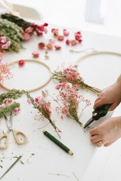 Flower Room, Diy Wand, Tumblr Rooms, Square Dining Tables, Dried Flowers, Flower Power, Diy Wedding, Things That Bounce, Flower Arrangements
