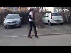 Epic fail della ragazza con i tacchi alti, non riesce a camminare