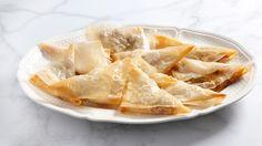 Gustosi fagottini realizzati con la pasta fillo, una sfoglia sottilissima e leggera dal sapore neutro, riempiti con gorgonzola, pere e noci.