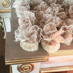 Bem-casados do casamento de Wesley Safadão e Thyane Dantas. Wedding Favors, Wedding Gifts, Wedding Cakes, Baby Wedding, Dream Wedding, Chocolate Wrapping, Wedding Giveaways, Diy Gift Box, Anniversary Parties