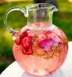 Erdbeere & Wassermelone Detox Wasser: Wassermelone und Minze sind gut zum Entgiften. Die Erdbeeren sind gut für die Haut und ein natürliches Anti-Aging Mittel