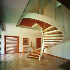 Design-Treppe aus Holz organische struktur eingebaute regale wand ...