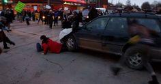 Carro avança contra protesto por caso em Ferguson e atropela mulher