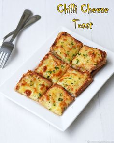 Chilli cheese toast recipe with step by step pictures, full video. A quick, easiest snack, party food, make in oven in just few minutes. Chilli Cheese Toast, Cheese Toast Recipe, Cheese On Toast, Garlic Cheese Bread, Cheese Food, Vegetarian Cheese, Vegetarian Recipes, Snack Recipes, Cooking Recipes