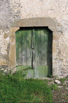 Un vieille porte peinte en vert, à Lescun - Vallée d'Aspe, Pyrénées Atlantique