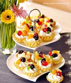 Brittle Cupcakes with Whipcream and Fruit kruche babeczki z owocami Tart Recipes, Cheesecake Recipes, Sweet Recipes, Cooking Recipes, Mini Desserts, No Bake Desserts, Delicious Desserts, Yummy Food, Party Food Platters