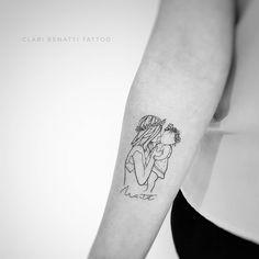 Tatuagem criada por Clari Benatti do Rio de Janeiro.  Mãe segurando bebê no colo em fineline.