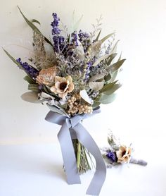 ドライフラワーメインのクラッチブーケ ナチュラルウェディングにもオススメのアイテム。 Diy Wedding Flowers, Wedding Flower Arrangements, Wedding Pins, Bridal Flowers, Floral Wedding, Floral Arrangements, Hand Bouquet, Dried Flower Bouquet, Dried Flowers