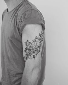 The Best Camera Tattoo Ideas Palm Tattoos, Body Art Tattoos, New Tattoos, Sleeve Tattoos, Tattoos For Guys, Flower Tattoos, Photographer Tattoo, Tattoo Photography, Pretty Tattoos