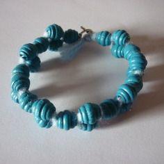 Bracelet de perles bleues / bois et laine / naturel / 20 cm