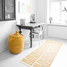 Det nye, retromønstrede teppet Helmi i fargen gul kommer fra Brita Sweden. Helmi fins også i flere farger og i en større størrelse. Teppet er produsert i Sverige.