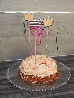 DIY - Kruunuteemaiset kutsut ja koristetikut - Humua -kaikkien juhlien ideapankki Cake Toppers, Desserts, Food, Tailgate Desserts, Deserts, Essen, Postres, Meals, Dessert