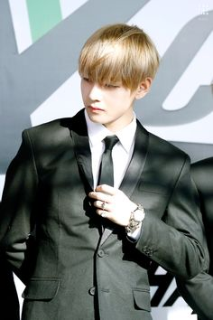 BTS V WITH BLONDE HAIR IS SERIOUSLY TOO PERFECT FOR THIS WORLD