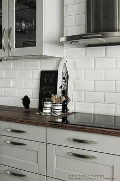 skärbräda styckdetaljer, svartvit skärbräda, skärbrädor, kök, köket, köken, kökets, dickbänk, diskbänkar, detaljer, köksdetaljer, kähler skål, vitt kakel bakom diskbänken, schackrutig skärbräda, korp, korpar, korparna, fläkt, fläktar,
