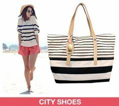 Além do biquíni, da saída de banho, do chapéu e da sandália de dedo, a bolsa grande é uma peça essencial para montar um look estiloso de praia.