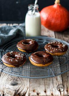 Passend zu Halloween gibt's bei uns leckere, saftige Kürbis-Donuts mit einer extra Portion Schoki und ein paar Gruselfilm-Tipps! Donuts, Fall Recipes, Vegan Recipes, Eat This, Vegan Pumpkin, Vegan Snacks, Sweet Treats, Ethnic Recipes, Happy Halloween