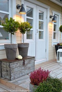 Front Garden Decor Ideas- Enhance Your Front Entrance With These ideas! Porch Garden, Garden Cottage, Garden Pots, Home And Garden, Front Door Plants, Front Door Decor, Outdoor Living, Outdoor Decor, Garden Inspiration