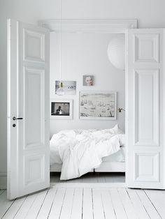 Sereen slapen in een wit slaapkamer interieur