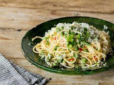 Cremige Spaghetti mit Chili, Erbsen und Zitrone