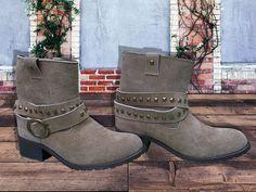 Boots Camp diseñdadas en piel gamuza, con látigos con estoperoles desmontables y suela antiderrapante.  De venta en #muymuymexicano www.muymuy.mx/tienda/brahavos-calzado  #botas #camp #leather #leatherboots #bootscam #boots #mexicanshoes