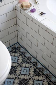 Beija Flor Mat in a bathroom. Harmony and balance.