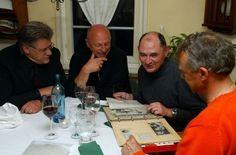 ... haben die damaligen Spieler (von links) Helmut Roleder, Erwin Hadewicz und Bernd Martin (rechts noch Karl Allgöwer) das Erlebnis verarbeitet. Gerne allerdings reden sie immer noch nicht darüber - hier, beim Veteranentreff im Gasthof Linde, taten sie es einmal. Foto: baumann
