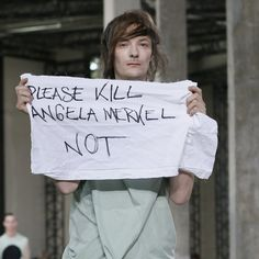 Pin for Later: Angela Merkel hatte einen Auftritt bei der Fashion Week in Paris