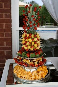 The fruit decoration on the wedding party is also a feature of the wedding. How do the various beautiful and distinctive wedding fruit decorations are displayed? Let's take a look at these nice fruit decoration Read more… Fruit Tables, Fruit Buffet, Dessert Tables, Fruit Centerpieces, Centerpiece Wedding, Table Wedding, Wedding Decoration, Edible Fruit Arrangements, Fruit Platter Designs
