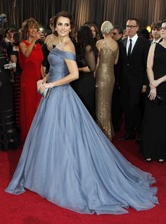 Penélope Cruz con su vestido de organza en gris perla, firmado por Giorgio Armani, es perfecto para recuperar el glamour del Hollywood clásico.